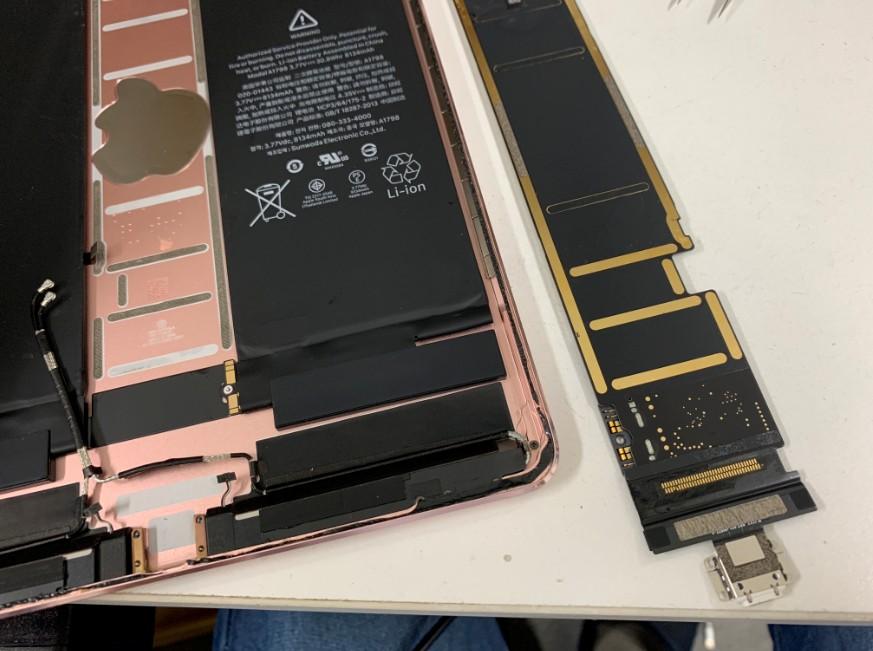 分解してドックコネクターを外す前のiPad Pro 10.5