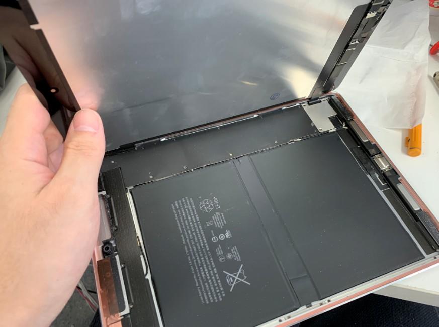 画面を交換するため分解途中のiPad Pro 9.7