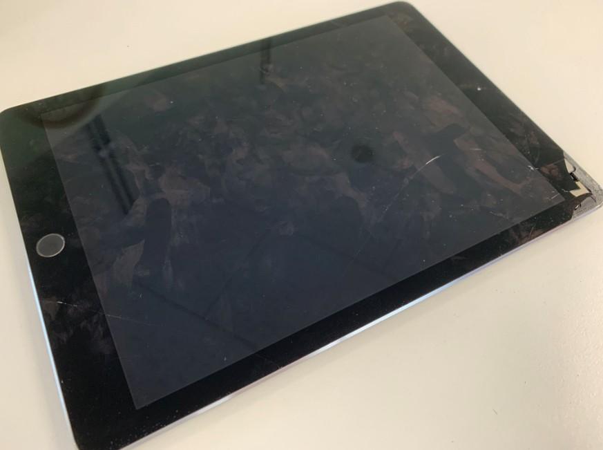 表面ガラスが割れて本体内部が見えているiPad Pro 9.7
