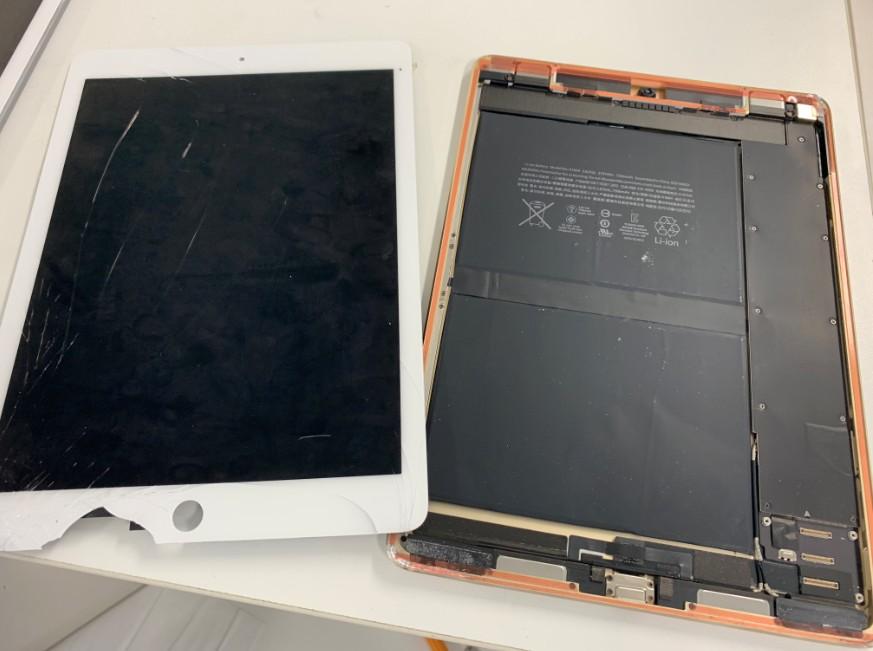 液晶画面を本体から取り出したiPad Pro 9.7