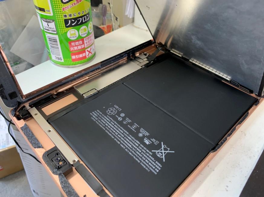 液晶画面を剥がして分解途中のiPad 第6世代