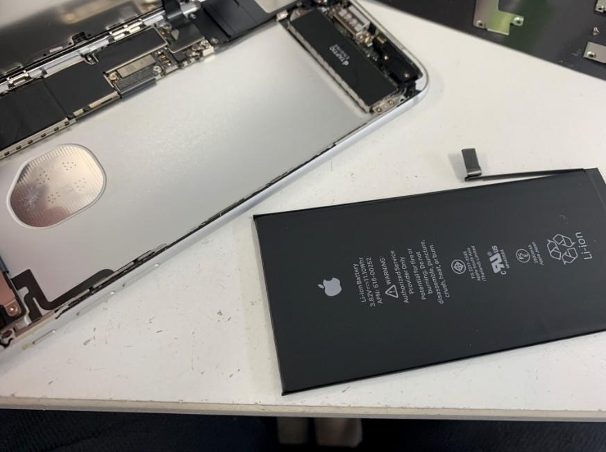 分解して本体内部からバッテリーを取り出したiPhone7Plus