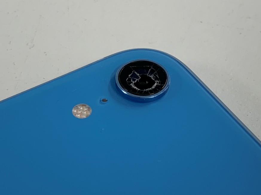 背面カメラレンズに穴が空いているiPhoneXR