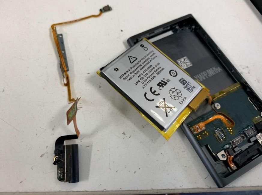 基板から電源ボタンケーブルを剥がしたiPod nano7