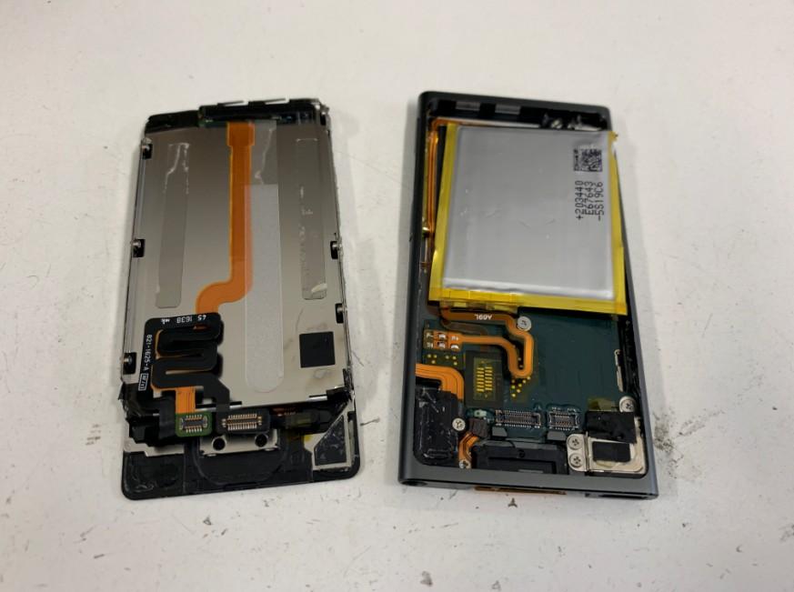 分解して電源ボタン交換修理途中のiPod nano7