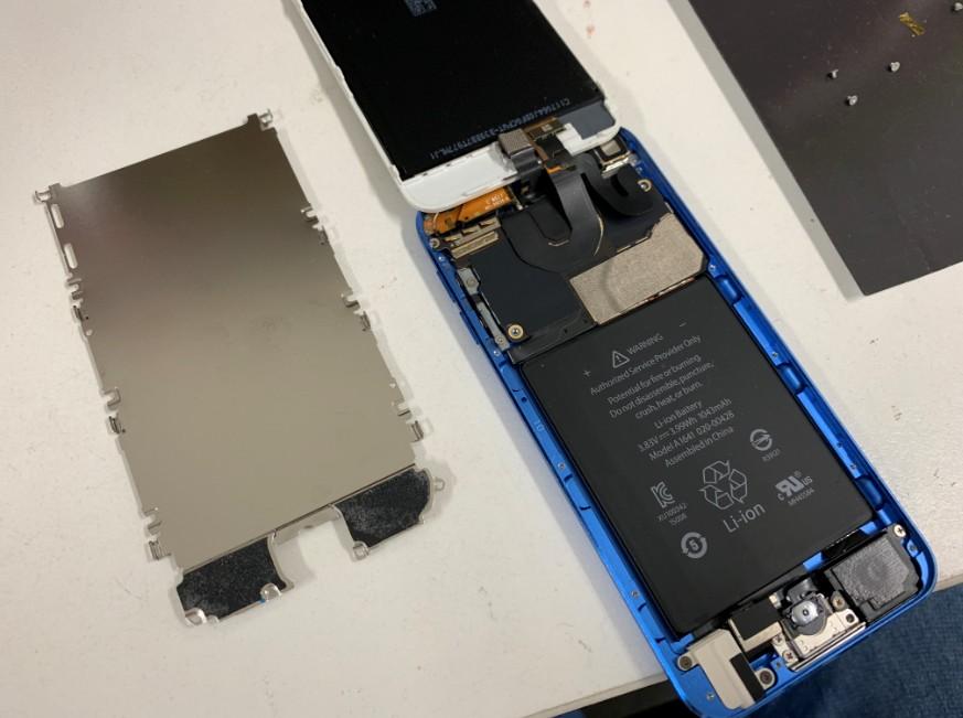 画面を剥がして分解途中のiPod Touch 第6世代