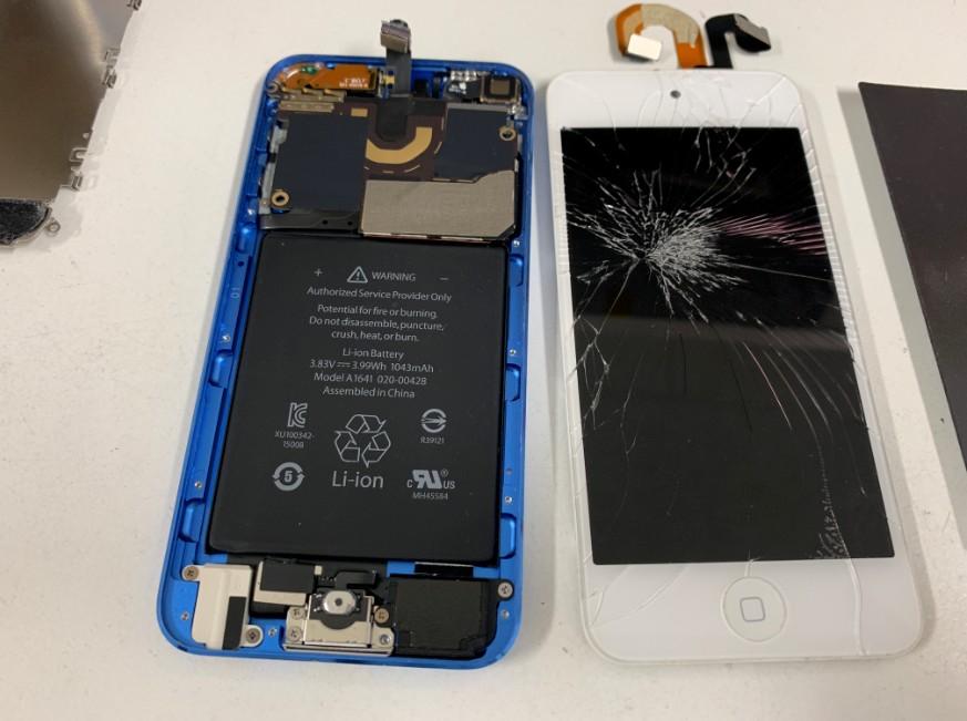 画面を本体から外したiPod Touch 第6世代