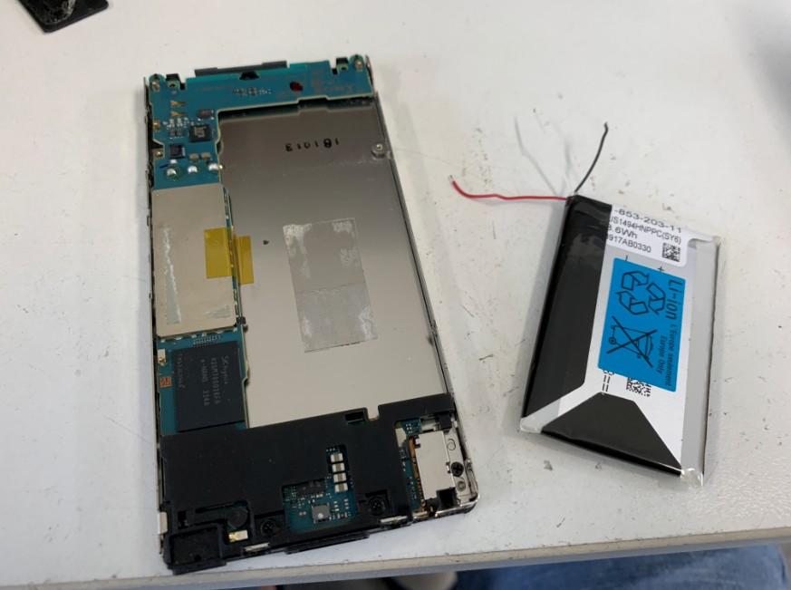電池パックを剥がして交換修理途中のウォークマン NW-F806