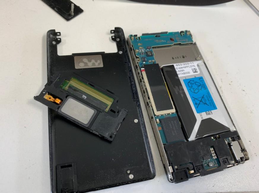 分解して電池パック交換作業途中のウォークマン NW-F806