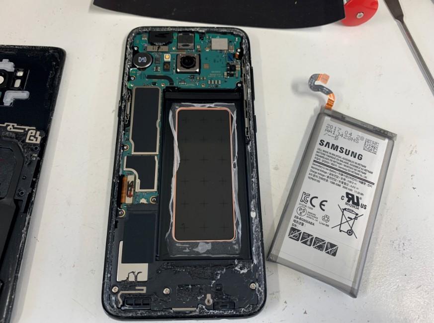 本体から電池パックを剥がしたギャラクシーS8(SC-02J)