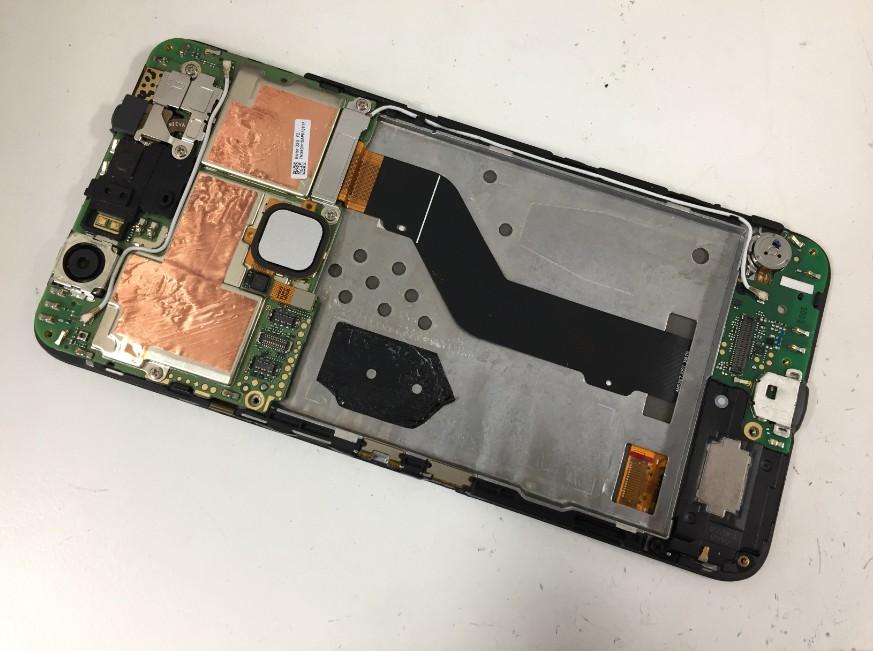 電池を本体から取り除いたNexus6P