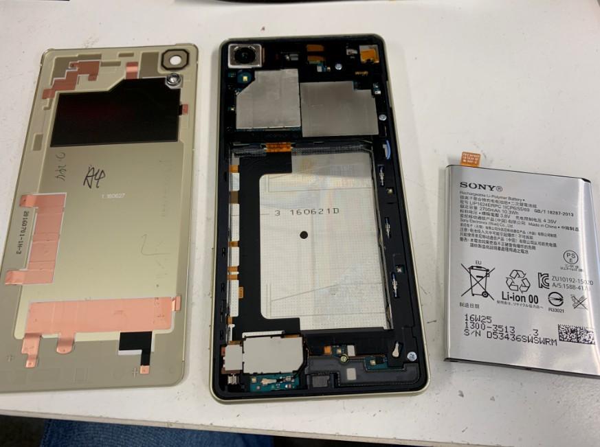 内蔵バッテリーを取り出したXperia X Performance(SO-04H)
