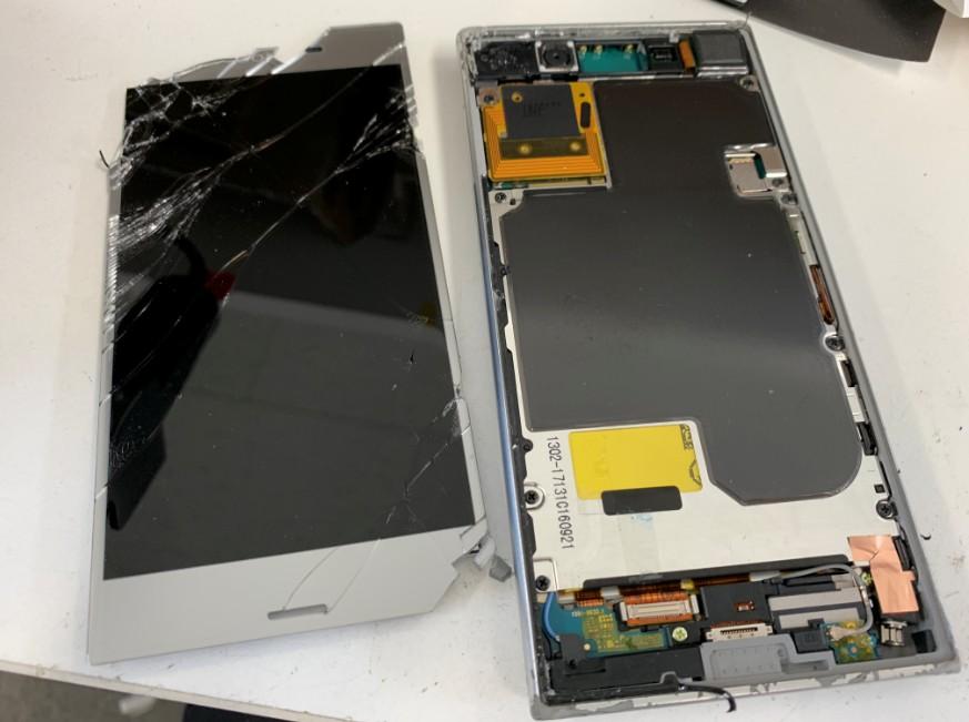 分解して液晶画面を取り出したXperia XZ1 Compact(SO-02K)