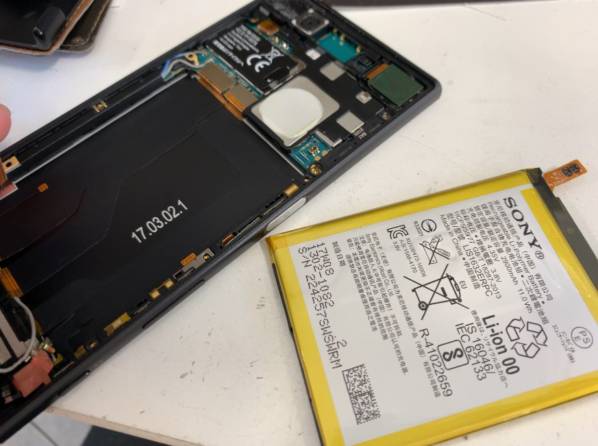 本体を分解してバッテリーを取り出したXperia XZ