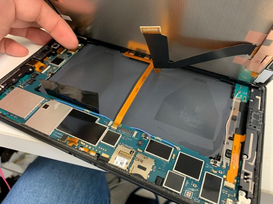 本体から電池パックを剥がしたエクスペリアZ3タブレットコンパクト(海外版)