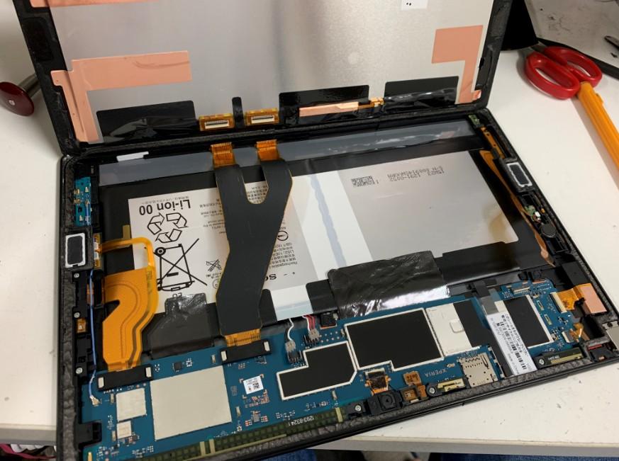 画面を剥がして分解途中のXperia Z4 Tablet