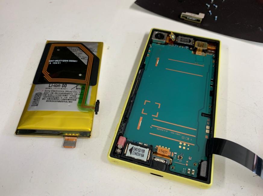 本体からバッテリーを取り出したXperia Z5 Compact(SO-02H)