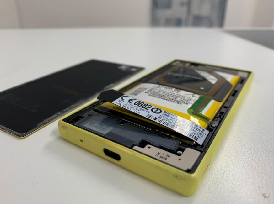 内蔵バッテリーが膨張して背面パネルが剥がれたXperia Z5 Compact(SO-02H)