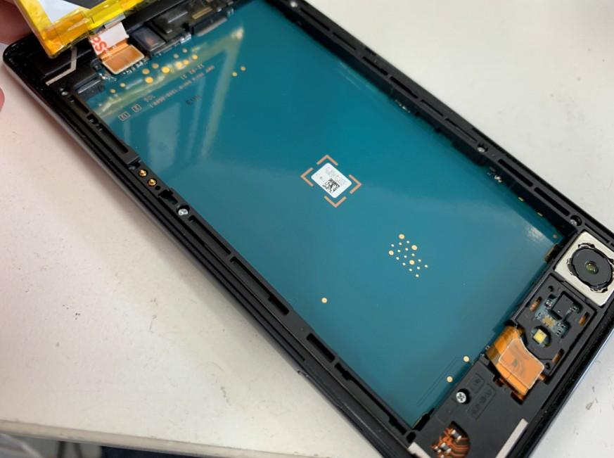 本体から電池パックを抜き取ったエクスペリアZ5コンパクト(SO-02H)