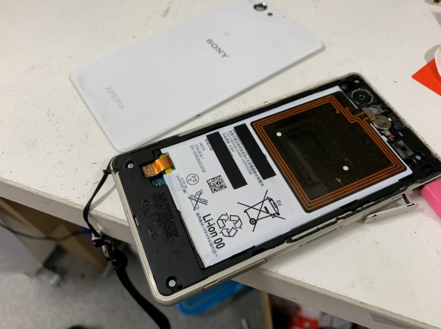 分解して電池パック交換作業途中のXperia J1 Compact