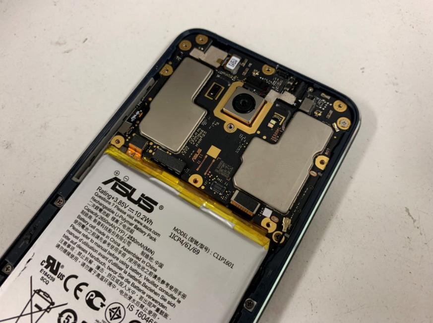 背面ガラスを剥がして修理途中のZenfone3