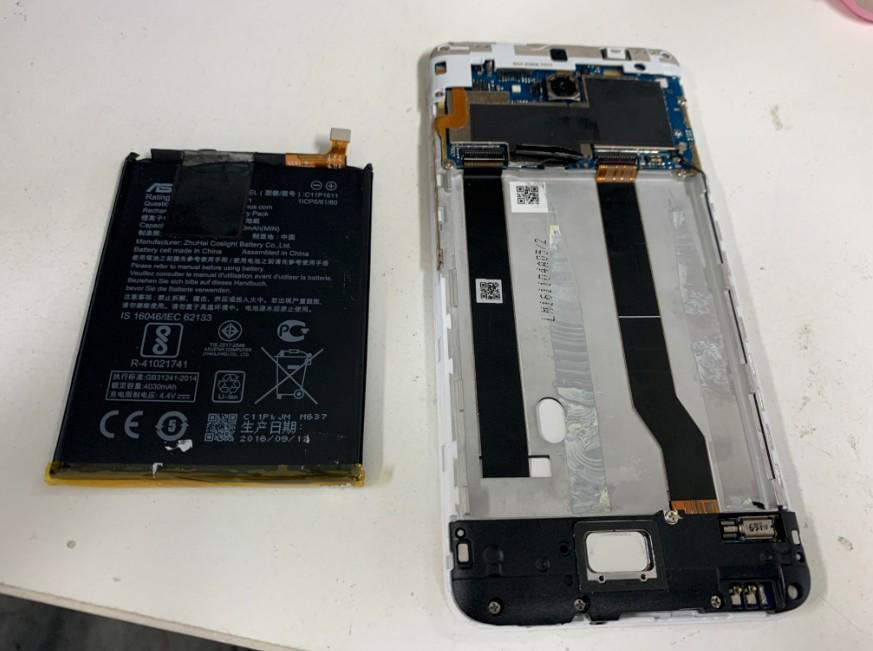 本体からバッテリーを取り出したZenfone3Max(ZC520TL)