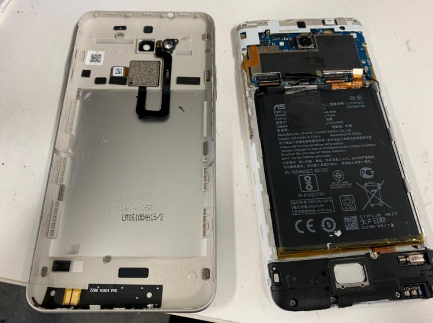 背面パネルを開けて分解しているZenfone3Max(ZC520TL)