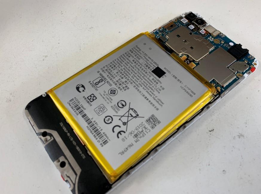 分解して内蔵バッテリー交換修理途中のZenfone4Max(ZC520KL)