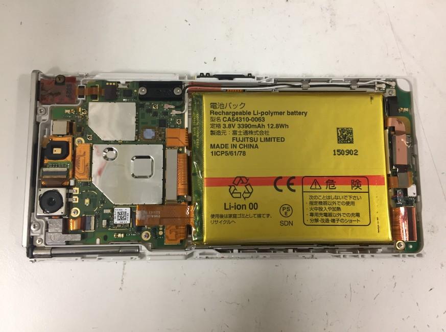 本体を分解して電池パック交換修理途中のArrows NX(F-02H)