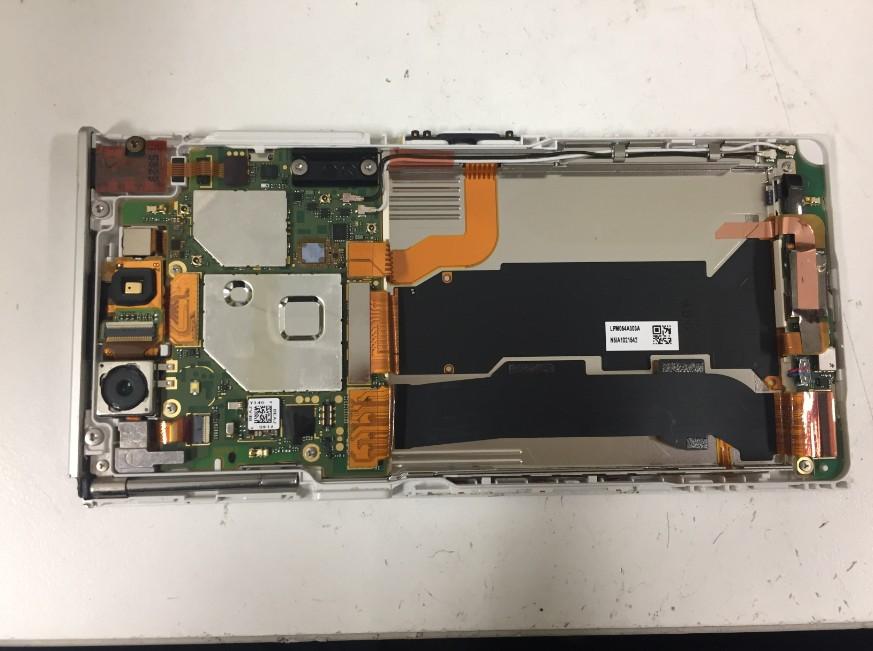 内蔵バッテリーを本体から取り出したArrows NX(F-02H)