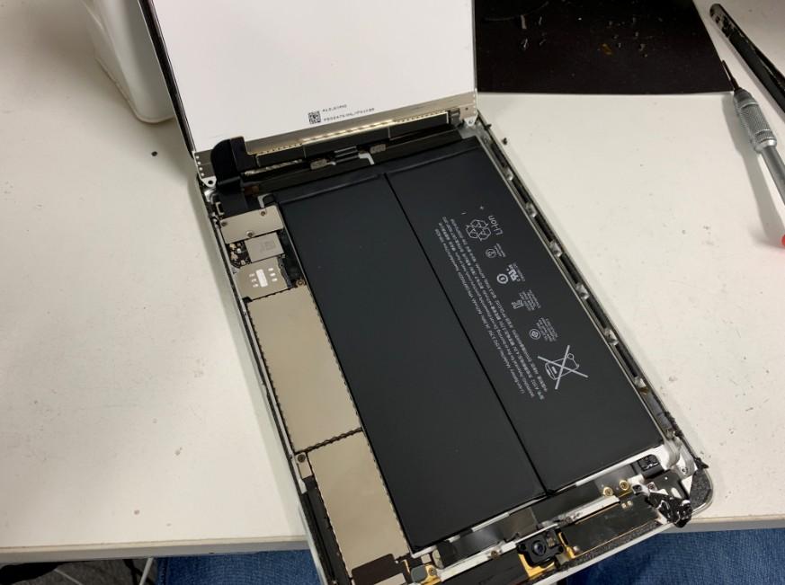 分解してバッテリーが露出したiPad mini2