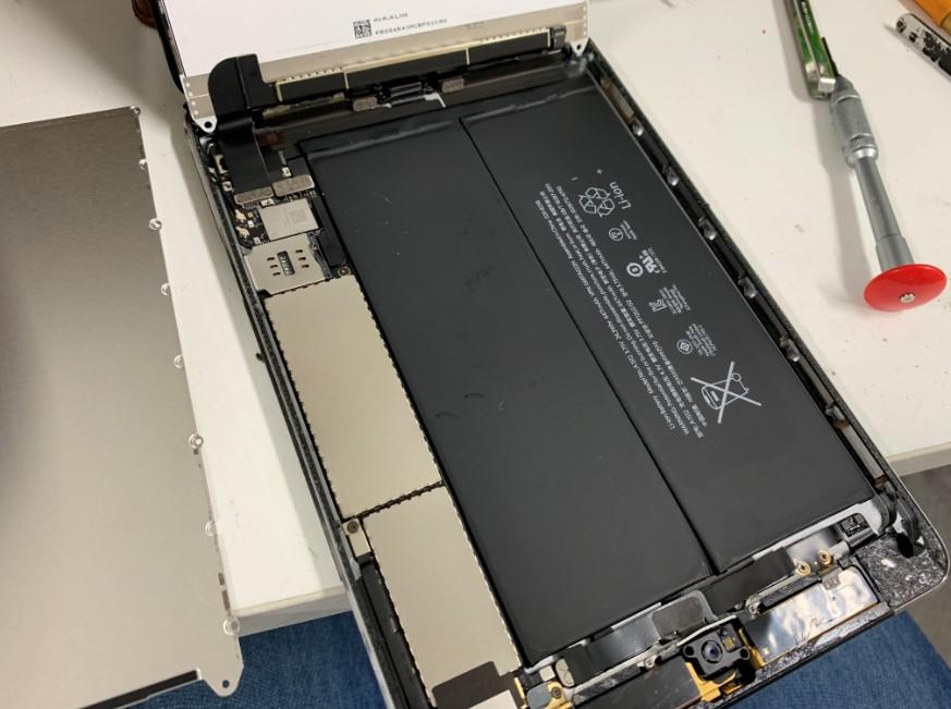 分解してバッテリー交換途中のiPad mini3