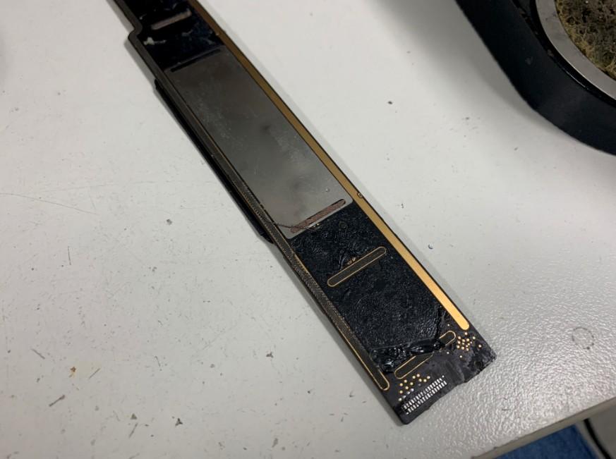 ドックコネクターパーツを本体基板から剥がしたiPad mini4