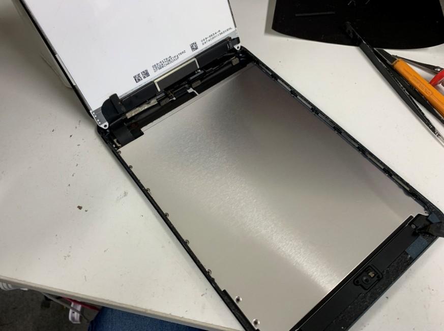 液晶を剥がして分解途中の初代iPad mini