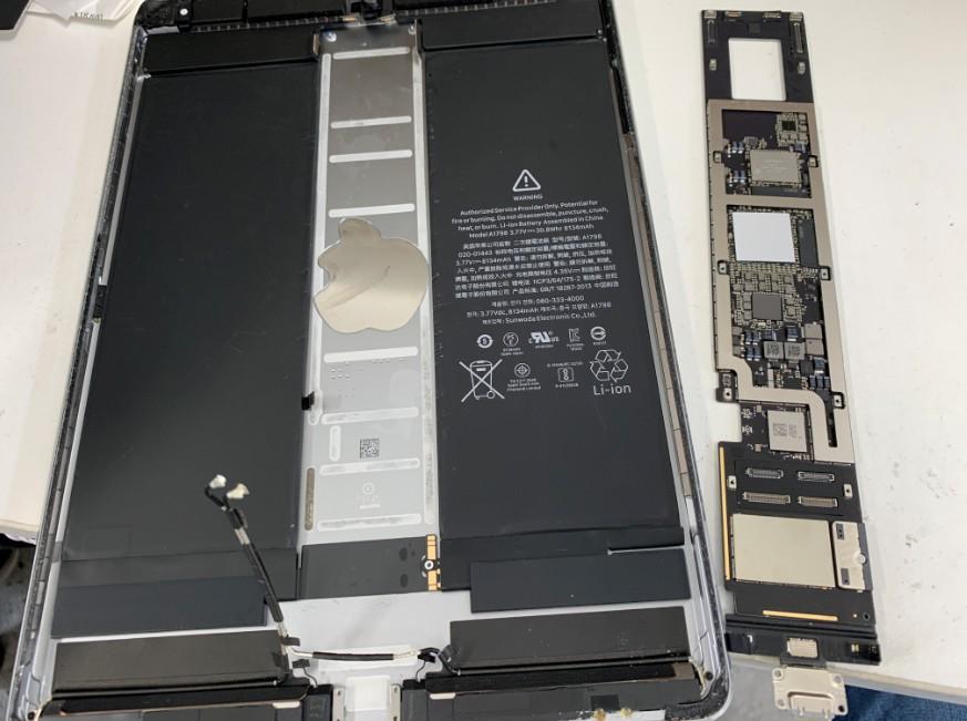 本体から基板を剥がしたiPad Pro 10.5