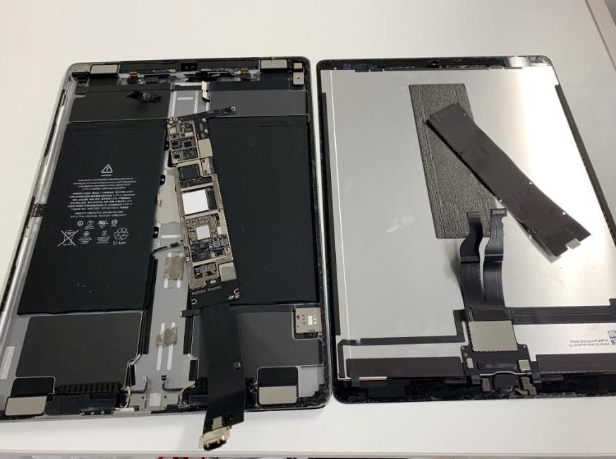本体から基板を取り外したiPad Pro 12.9(第1世代)