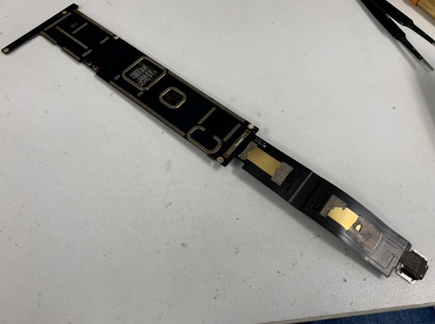 基盤から充電部分を剥がしているiPad Pro 12.9(第1世代)
