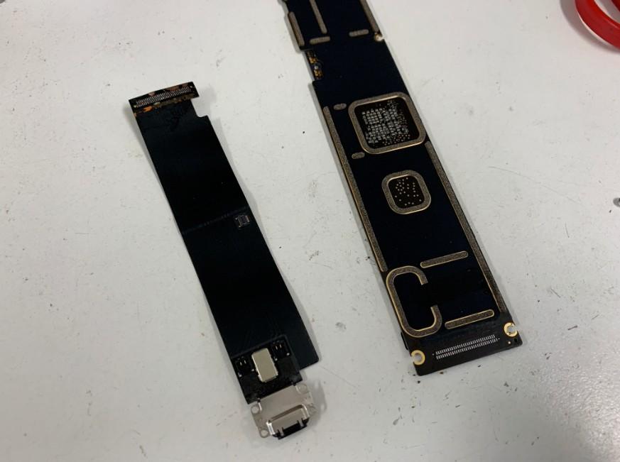 充電部分が基板から剥がれたiPad Pro 12.9(第1世代)