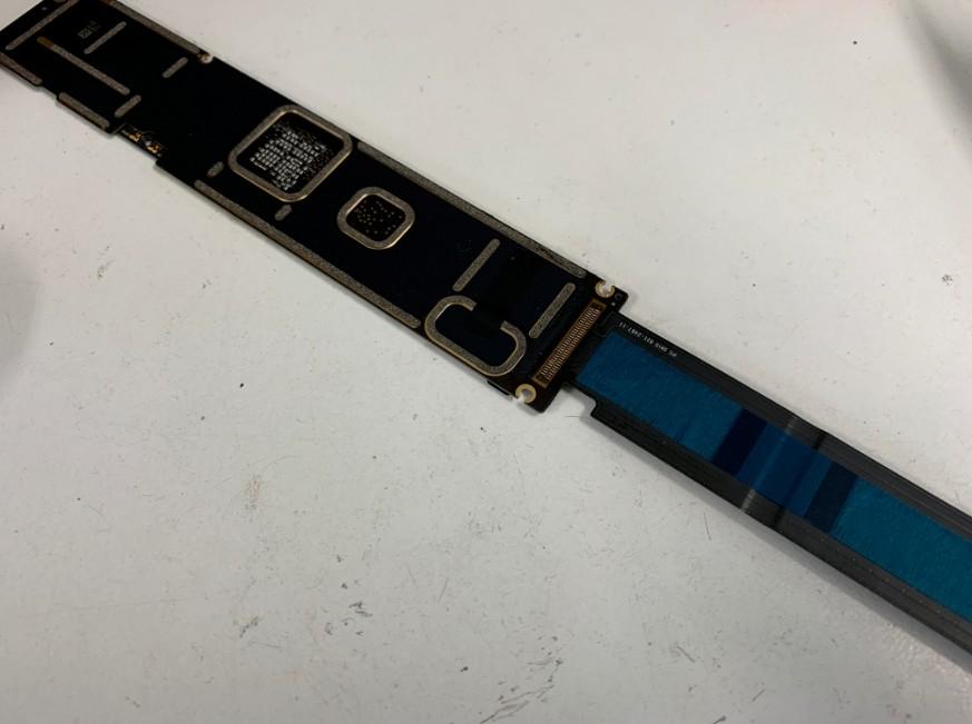 新品の充電口パーツを取り付けたiPad Pro 12.9(第1世代)