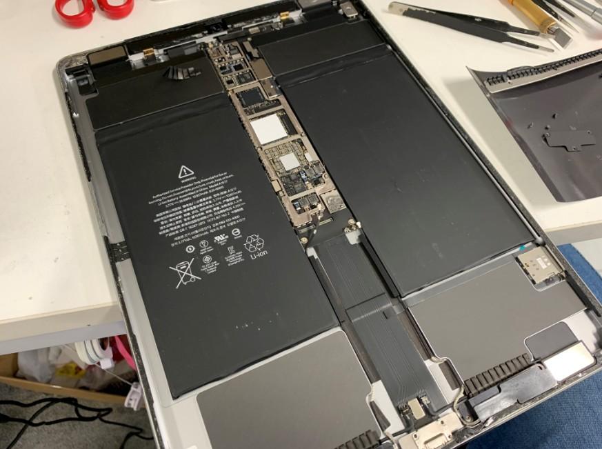 本体を分解途中のiPad Pro 12.9(第1世代)