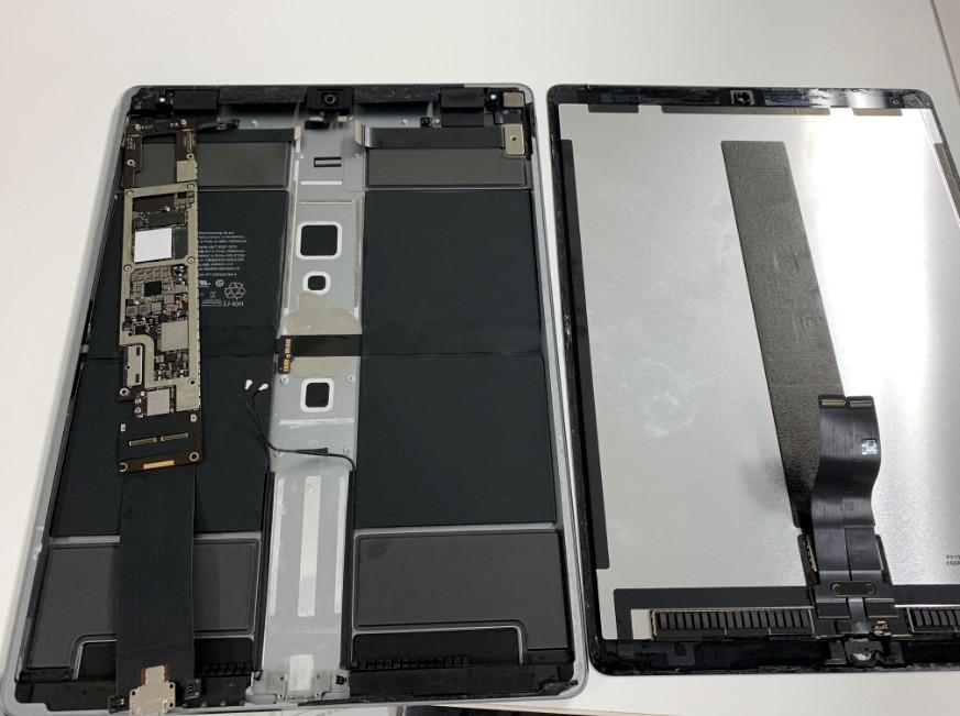 本体から基板を取り外したiPad Pro 12.9(第2世代)