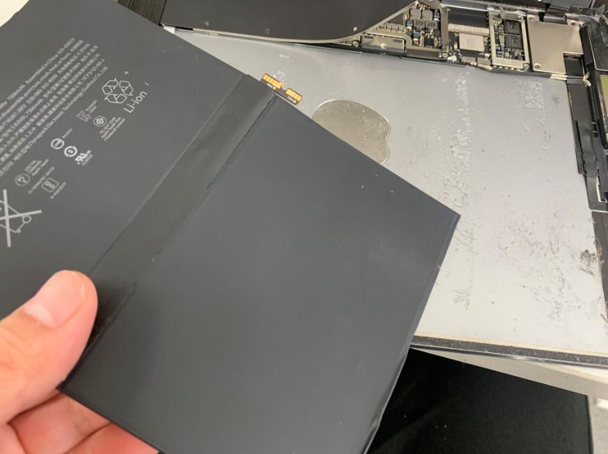 本体からバッテリーを取り出したiPad Pro 9.7