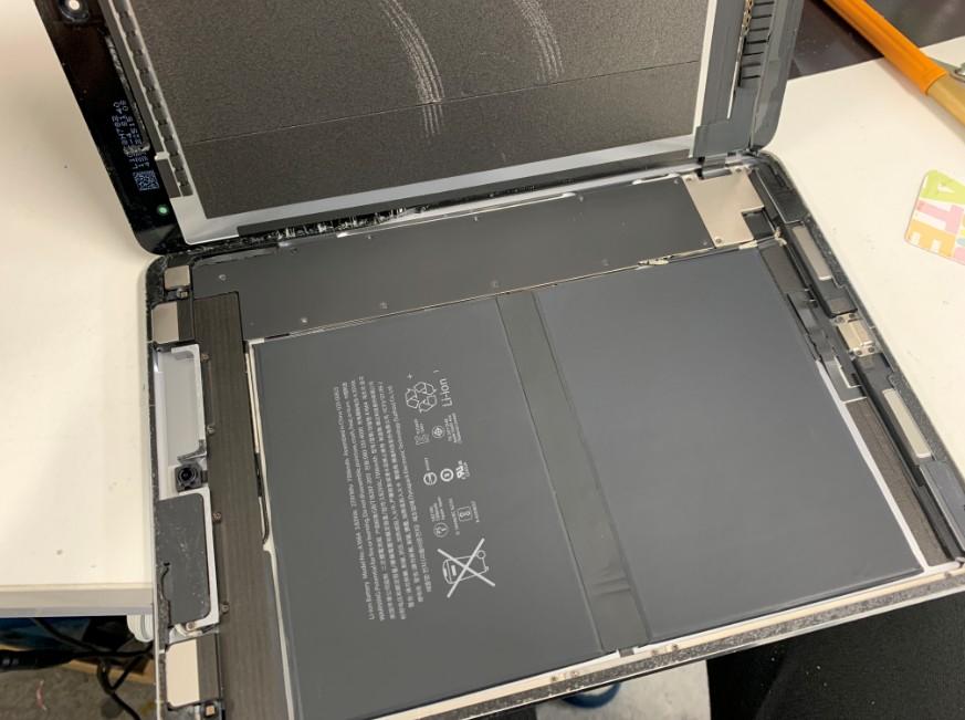 分解してバッテリー交換作業中のiPad Pro 9.7