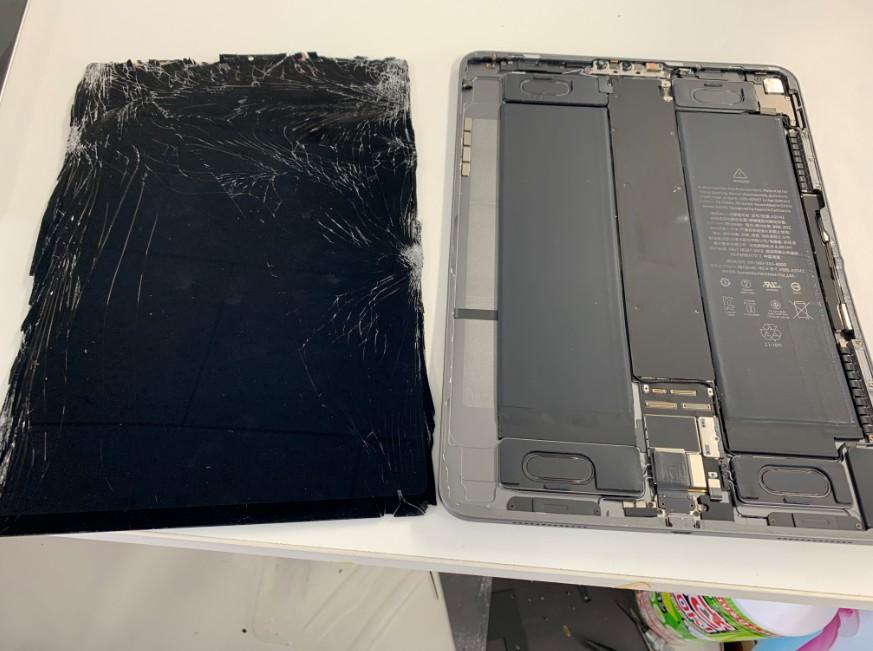 液晶画面を本体から剥がしたiPad Pro11