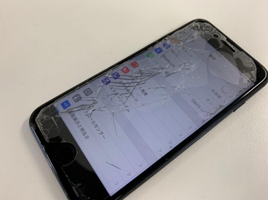 ガラスが粉々に割れてしまったiPhone8