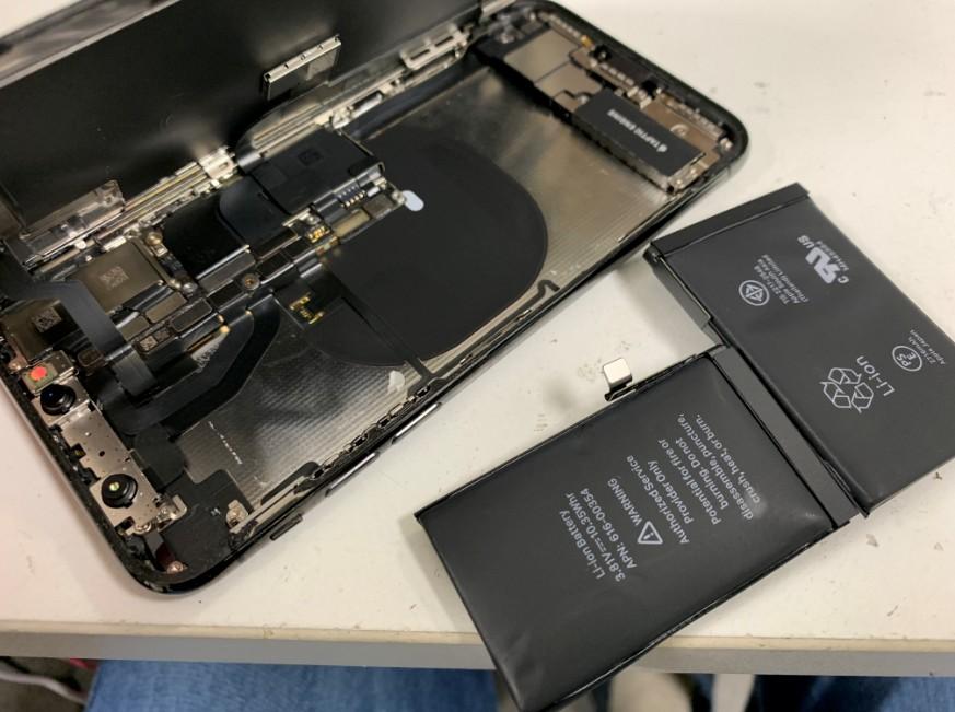 内蔵バッテリーを本体から取り除いたiPhoneX