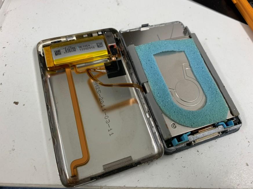 分解してバッテリー交換途中のiPod Classic