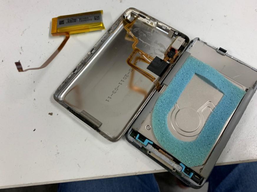 内蔵バッテリーを取りだしたiPod Classic