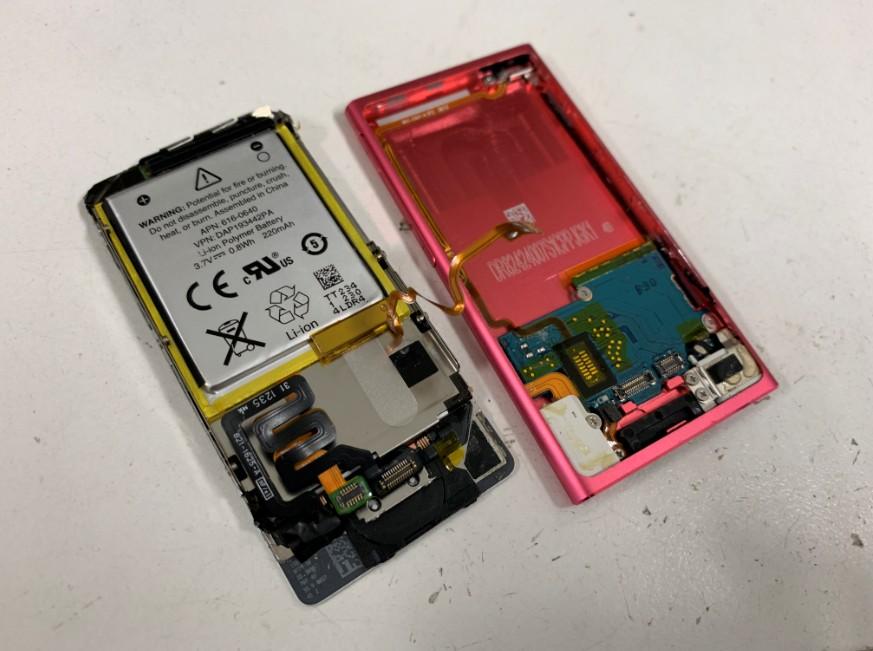分解してバッテリーを取り出す前のiPod nano第7世代