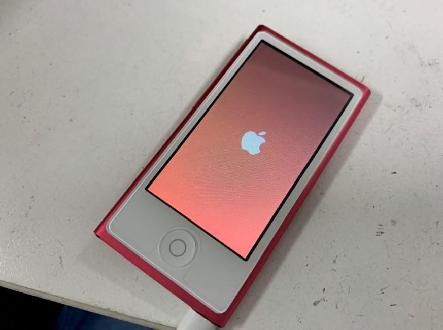 充電ケーブルを挿すとリンゴループするiPod nano第7世代
